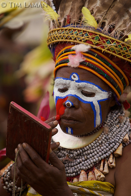 Women from Western Highlands Province painting faces..Mount Hagen, Western Highlands Province, Papua New Guinea.