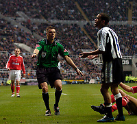 Fotball<br /> England 2004/2005<br /> Foto: SBI/Digitalsport<br /> NORWAY ONLY<br /> <br /> Newcastle United v Charlton Athletic, Barclays Premiership, 05/02/2005.<br /> <br /> Referee Mark Halsey (L) waves play on to Newcastle's Kieron Dyer's pleas for a penalty.
