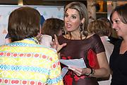 """Koningin Máxima bezoekt  in het Beatrix Theater in Utrecht de netwerkbijeenkomst 'Guts & Glory' van Vrouwen netwerk VNO-NCW West, VNO-NCW en MKB-Nederland. <br /> <br /> Queen Máxima visits at the Beatrix Theater in Utrecht networking """"Guts & Glory Women network VNO-NCW West, VNO-NCW and MKB-Netherlands.<br /> <br /> Op de foto / On the photo:  Koningin Máxima spreekt op het ING-netwerkplein met enkele ondernemers. / Queen Máxima speaking at the ING network plaza with a few entrepreneurs."""