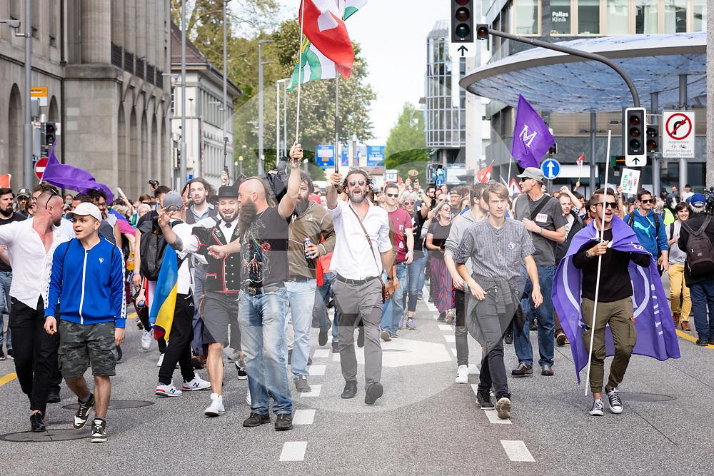 SCHWEIZ - AARAU - Eine unbewilligte Demonstration gegen die Coronamassnahmen und die Corona-Politik, hier wurde eine Polizeisperre auf der Bahnhofsstrasse aufgelöst und die Demonstranten aus der Stadt begleitet. Zu dieser unbewilligten Demonstration wurde über die Sozialen Medien aufgerufen. Ursprünglich hat das 'Aktionsbündnisses Aargau-Zürich' (ABAZ) versucht in Aarau und Wettingen eine Demonstration anzumelden, beide wurden von den Behörden nicht bewilligt. - 08. Mai 2021 © Raphael Huenerfauth - https://www.huenerfauth.ch