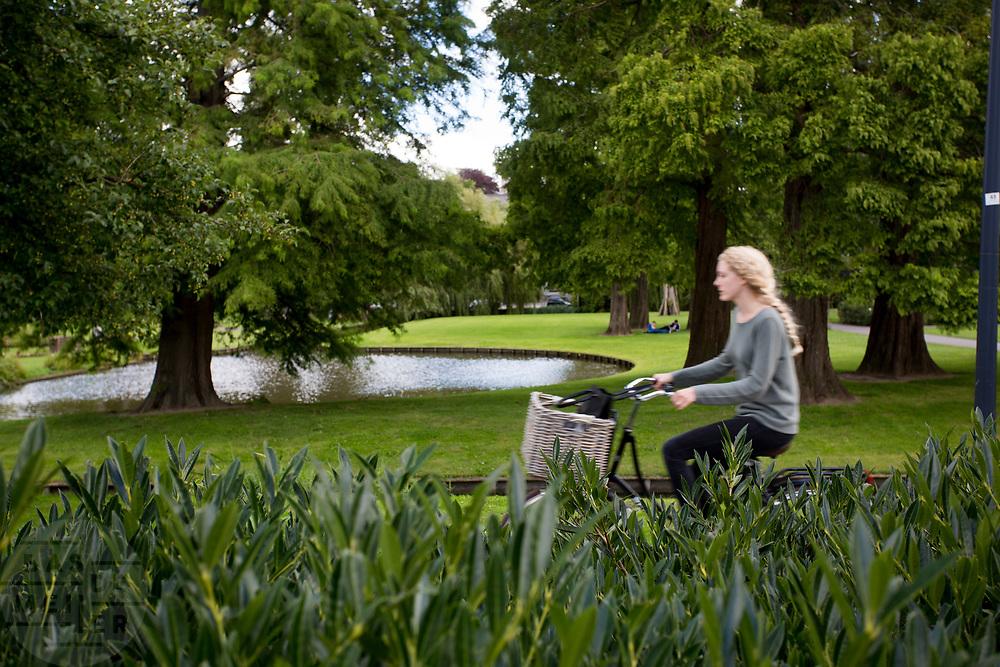 In Rotterdam fietst een vrouw door het museumpark.<br /> <br /> In Rotterdam a woman cycles at the museum park.