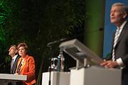 Fractievoorzitter Sybrand van Haersma-Buma (links) en partijvoorzitter Ruth Peetoom staan op het podium. Rechts de dagvoorzitter Jos Houben. In Utrecht houdt het CDA haar partijcongres. Het congres staat voor een groot deel in het teken van de uitzetting van Mauro. <br /> <br /> From left to right: Sybrand van Haersma-Buma, Ruth Peetoom and Jos Houben at the congress of the CDA in Utrecht.