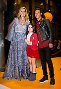 Koningin Máxima aanwezig bij benefietgaladiner Prinses Máxima Centrum in het Concertgebouw Amsterdam<br /> <br /> Queen Máxima attends at beneficial gala dinnerfor the  Princess Máxima Center in the Concertgebouw Amsterdam<br /> <br /> Op de foto / On the photo:  Koningin Maxima met Ali B