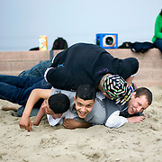 Nederland Rotterdam 19 april 2009 20090419 Foto: David Rozing ..Jongeren  chillen en stoeien op strandje Nesselande.Youth chilling on local beach in suburb of Rotterdam, youth culture, streetculture, having fun, friends, friendship, ..Foto: David Rozing
