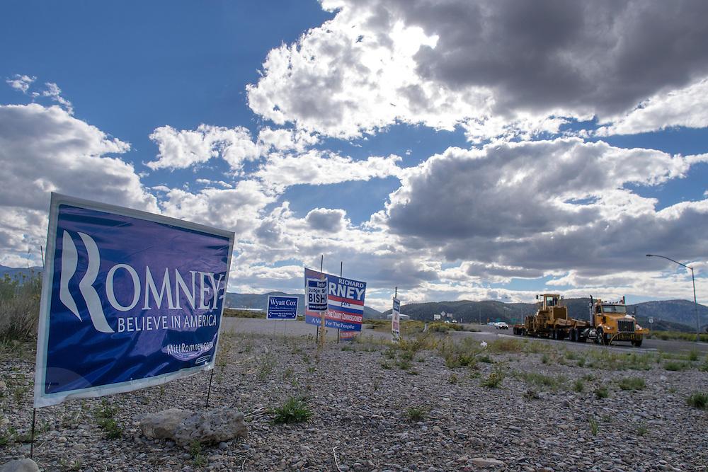 Langs de snelweg bij het plaatsje Ely in de Amerikaanse staat Nevada staan verkiezingsborden met onder andere de Republikeinse kandidaat Romney.<br /> <br /> A sign to vote for Romney near the highway in Ely, Nevada.