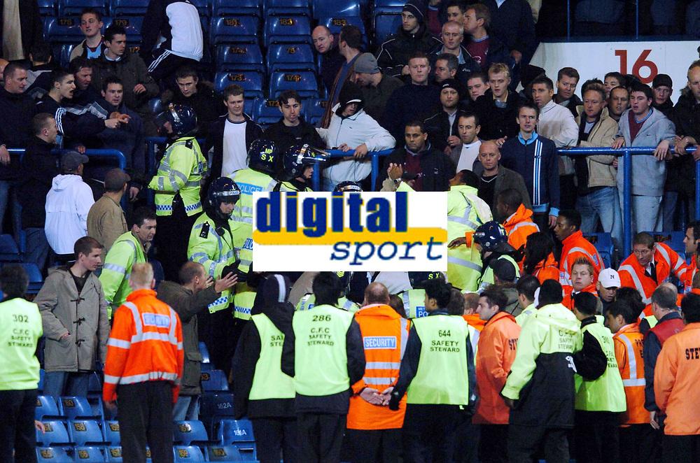 Fotball<br /> Carling cup 2004/05<br /> Chelsea v West Ham United<br /> 27. oktober 2004<br /> Foto: Digitalsport<br /> NORWAY ONLY<br /> Crowd Trouble with West Ham United fans after final Whistle Police step in to control them<br /> Publikumsopptøyer, tilskuerbråk, hooligans