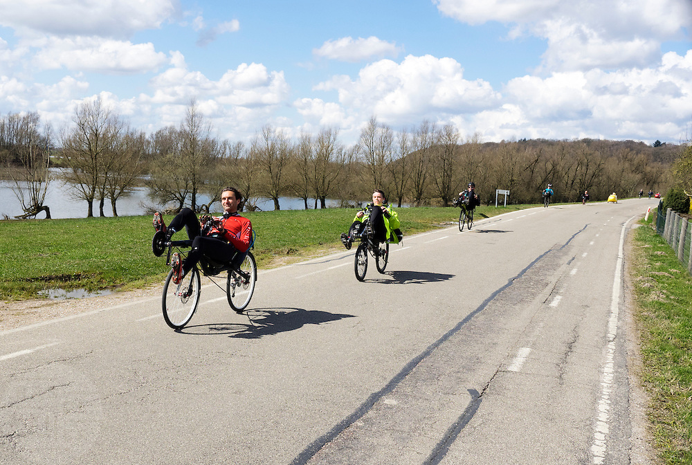 Ligfietsers bij de dijk bij Rhenen. In Woudenberg houdt de ligfietsvereniging NVHPV het jaarlijks paastreffen met onder andere een fietstocht. <br /> <br /> In Woudenberg the Dutch recumbent society is having its early eastern meeting with a tour ride.