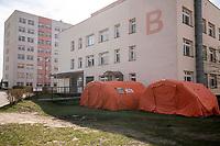 Lomza, 19.03.2020. Protest mieszkancow i pracownikow szpitala przeciwko przeksztalceniu Szpitala Wojewodzkiego w Lomzy w jednoprofilowy szpital zakazny. Zdaniem protestujacych szpital nie jest na przygotowany oraz pozbawi to mieszkancow Lomzy i powiatu lomzynskiego opieki medycznej w naglych przypadkach ( jest to jedyny szpital w tym 60 tys. miescie ) N/z namioty przed szpitalem przygotowane do przyjecia osob podejrzanych o zarazenie koronawirusem fot Michal Kosc / AGENCJA WSCHOD