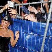 NLD/Amsterdam/20050806 - Gaypride 2005, optreden Vanessa, Conny deelt cd's uit aan fans en laat een stukje van haar tepel zien