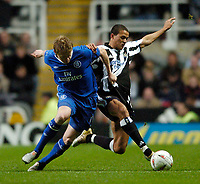 Fotball<br /> Foto: SBI/Digitalsport<br /> NORWAY ONLY<br /> <br /> Newcastle United v Chelsea<br /> Coca-Cola Cup Fourth Round<br /> 10/11/2004<br /> <br /> Chelsea's Damien Duff (L) tangles with Newcastle's Jermaine Jenas for possession.