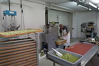 SCHWEIZ - WETZIKON - Nudelwerkstatt 'La Martina' hier Peter an der Tortellonimaschine - 05. Oktober 2016 © Raphael Hünerfauth - http://huenerfauth.ch