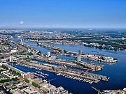 Nederland, Noord-Holland, Gemeente Amsterdam; 02-09-2020;  voormalig Oostelijk havengebied. Linksonder Cruquius-eiland, dan Borneo-eiland, Sporenburg,  Knsm-eiland en Java-eiland. Midden links Rietlanden, Piet Heinkade. IJ-oevers en Amsterdam-Noord  (Tuindorp Buiksloot / Van der Pekbuurt).<br /> Former Eastern harbours area, old port of Amsterdam<br /> <br /> luchtfoto (toeslag op standaard tarieven);<br /> aerial photo (additional fee required)<br /> copyright © 2020 foto/photo Siebe Swart