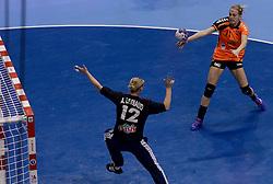 10-12-2013 HANDBAL: WERELD KAMPIOENSCHAP NEDERLAND - FRANKRIJK: BELGRADO <br /> 21st Women s Handball World Championship Belgrade, Nederland verliest met 23-19 van Frankrijk / (L-R) Amandine Leynaud, Lynn Knippenborg<br /> ©2013-WWW.FOTOHOOGENDOORN.NL