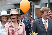 On Queensday, april 30th the Queen attends the celebrations of Queensday in Scheveningen near the Hague.<br /> This is her 25th jubilee.<br /> <br /> Op Koninginnedag, 30 april, is de Koningin  's Middags aanwezig metn en haar familie het koninginnedagfeest mee te vierten in Scheveningen.<br /> <br /> On The photo / On the Photo;<br /> <br /> <br /> Princes Maxima and Willem Alexander / Princes Maxima en Willem Alexander