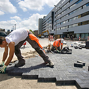 Nederland Rotterdam 29-05-2009 20090529 Foto: David Rozing ..Straatmakers aan het werk op het Weena in het centrum van Rotterdam, bouwwerkzaamheden Workers making a new road/ street in city centre of Rotterdam Holland, The Netherlands, dutch, Pays Bas, Europe physical work, hard, tough, bricks..Foto: David Rozing