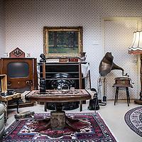 Nederland, Den Haag, 20 maart 2016.<br /> tv-opnames voor DementieTv in kamers die in jaren 50-stijl zijn ingericht (Herinneringsmuseum). DementieTv wil vanaf dit najaar dagvullende programma's verzorgen die zijn afgestemd op de verstandelijke en emotionele vermogens/behoeften van mensen met (vergevorderde) dementie.<br /> Op de foto: een typische jaren 50 huiskamer gebruikt als decor voor enkele opnames van DementieTV.<br /> <br /> TV recordings for DementieTv in rooms decorated in 50 's style ( Memorial Museum). DementieTv will provide full-day programs this fall that are tailored to the intellectual and emotional capacities / needs of people with ( advanced ) dementia.<br /> In the photo : a typical 50s living room used as a decor for some of DementieTV recordings.<br /> <br /> Foto: Jean-Pierre Jans