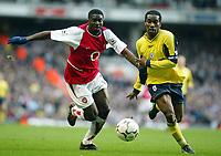 Photo: Scott Heavey.<br />Arsenal v Bolton. FA Barclaycard Premiership. 20/03/2004.<br />Kolo Toure (L) and Jay-Jay Okocha race for the ball