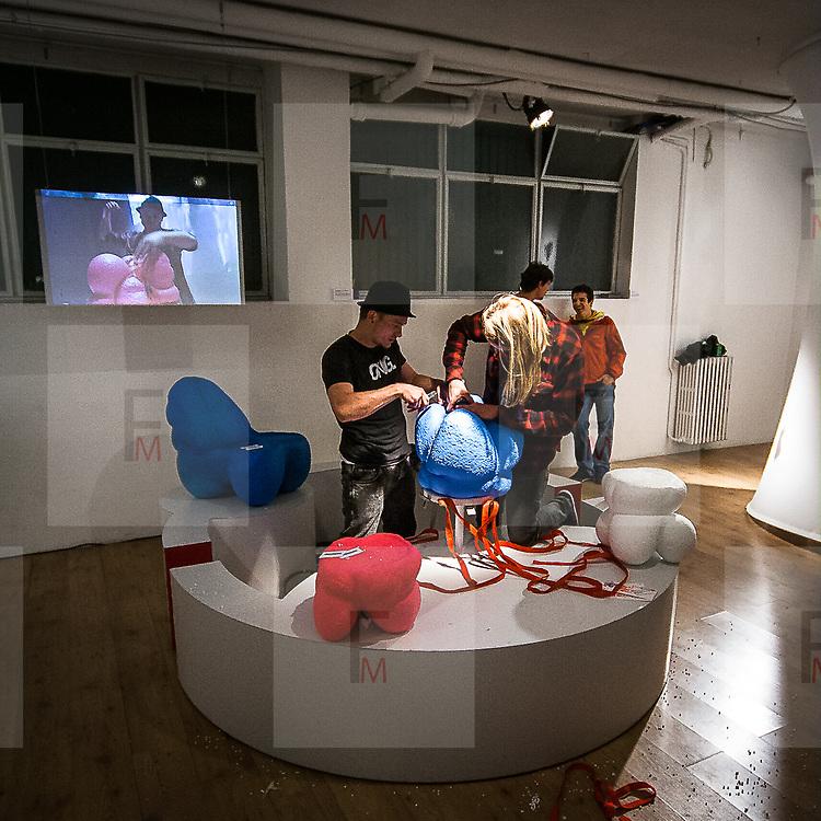 FuoriSalone2010 Zona Tortona: gli studenti della Royal academic of Art mentre creano uno sgabello con materiale plastico<br /> <br /> Plastic stool production from students of Royal Academic of Art