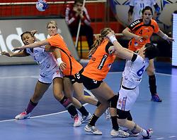 10-12-2013 HANDBAL: WERELD KAMPIOENSCHAP NEDERLAND - FRANKRIJK: BELGRADO <br /> 21st Women s Handball World Championship Belgrade, Nederland verliest met 23-19 van Frankrijk / (L-R) Nina Kamto Njitam, Nycke Groot<br /> ©2013-WWW.FOTOHOOGENDOORN.NL