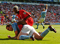 Fotball<br /> Foto: SBI/Digitalsport<br /> NORWAY ONLY<br /> <br /> Liverpool v Manchester City<br /> Barclays Premiership, 21/08/2004.<br /> <br /> Liverpool's Djibril Cisse, on his home debut, extends a warm welcome to Manchester City's Richard Dunne