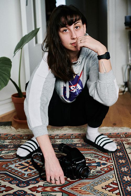 La photographe Rebecca Toakian prenant la pose chez elle. Maisons-Alfort, France. 16 fevrier 2020.