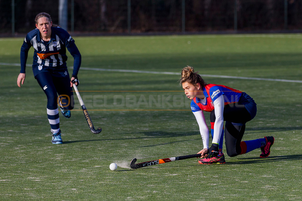 BILTHOVEN -  Hoofdklasse competitiewedstrijd dames, SCHC v hdm, seizoen 2020-2021.<br /> Foto: Suzanne Homma (SCHC) met een aanstormende Pien van Nes (hdm)
