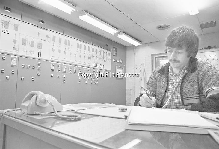 Nederland, Nijmegen, 20-2-1980 Productie bij de Dobbelman zeep en wasmiddelen fabriek. Deze stond in de wijk Bottendaal, en er werkten al vroeg gastarbeiders uit Marokko en Turkije. De regelkamer van de fabriek. procesindustriFoto: Flip Franssen