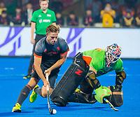 BHUBANESWAR, INDIA - Shoot-outs, Jeroen Hertzberger (Ned)  scoort tegen keeper Andrew Charter (Aus)    tijdens de halve finale tussen Nederland en Australie (2-2) (Ned. wint shoot-outs), bij het WK Hockey heren in het Kalinga Stadion.  .COPYRIGHT KOEN SUYK