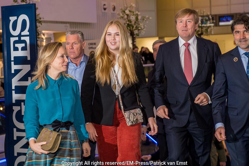 Koning Willem-Alexander en prinses Amalia zijn aanwezig in de RAI tijdens de wereldbeker springen bij Jumping Amsterdam.<br /> <br /> King Willem-Alexander and princess Amalia are present at the RAI during the World Cup jumping at Jumping Amsterdam.<br /> <br /> Op de foto:  Koning Willem-Alexander en prinses Amalia met prinses Margarita / King Willem Alexander and his daughter princess Amalia with princess Margarita