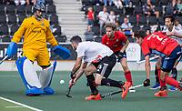 AMSTELVEEN -  Trent Mitton (Amsterdam) met Tom Beddows (Tilburg)  en Sander van Berkel (Tilburg)  tijdens de hockey hoofdklasse competitiewedstrijd  heren, Amsterdam-HC Tilburg (3-0).  COPYRIGHT KOEN SUYK