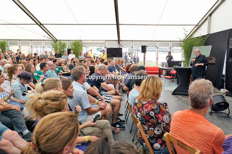 Nederland, Nijmegen, 31-8-2019Aan de overkant van de Waal, op het Lentereiland, wordt het Democratiefestival gehouden. een gratis festival om de democratie te vieren met politiek en maatschappelijke instellingen. Er zijn workshops, discussiebijeenkomsten, spelletjes en theatervoorstellingen.Grote belangstelling voor een lezing, voordracht van historicus Maarten van Rossum die vanwege de drukte twee keer sprak .Foto: Flip Franssen