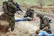 Nederland, Schaarsbergen, 6-4-2006..Militairen van de luchtmobiele brigade geven een demonstratie bij Arnhem vanwege hun uitzending naar Uruzgan, Afghanistan. Bij deze oefening, van de Task Force Uruzgan, wordt een konvooi aangevallen door Taliban, guerilla strijders. een voertuig wordt door een bom, explosief langs de..weg gestopt. Hierna volgt een vuurgevecht en worden de soldaten ontzet door versterkingen per helicopter, Cougar,en F16 vliegtuigen...Foto: Flip Franssen/Hollandse Hoogte