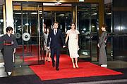 De Japanse keizer Naruhito heeft officieel de troon aanvaard en de belofte afgelegd dat hij zijn plicht als symbool van de staat zal vervullen. De 59-jarige Naruhito deed dat in een eeuwenoude ceremonie in de belangrijkste zaal van het keizerlijke paleis in Tokio in aanwezigheid van staatshoofden en gasten uit meer dan 180 landen.<br /> <br /> The Japanese emperor Naruhito has officially accepted the throne and made the promise that he will fulfill his duty as a symbol of the state. The 59-year-old Naruhito did that in an ancient ceremony in the main hall of the Imperial Palace in Tokyo in the presence of heads of state and guests from more than 180 countries.<br /> <br /> Op de foto / On the photo:  Kroonprins Frederik en kroonprinses Maria van Denemarken /  Crown Prince Frederik and Crown Princess Mary of Denmark