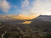 Luftfoto som viser solnedgang over Gratangen og Gratangsfjorden.