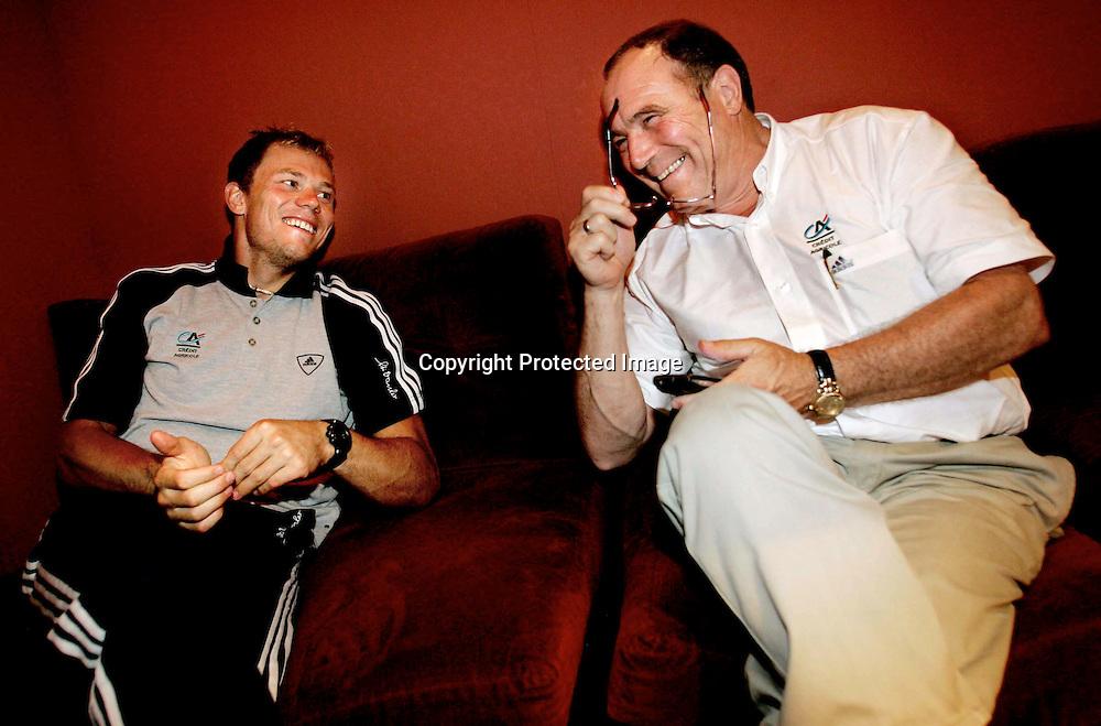 Arras/Frankrike, 20040707.Tour de France. Thor Hushovd og sportssjef Roger Legeay photellet i Cambrai...Foto: Daniel Sannum Lauten/Dagbladet