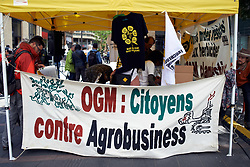 May 20, 2017 - Toulouse, France - A banner reading 'GMO: Citizens against agrobusiness' on a stand before the beginning of the march against Monsanto. People march in Toulouse for the International March against Monsanto as elsewhere in Europe or in North America. They don't want genetically modified food nor that cattle are fed with GMOs. They also denounce the use of pesticides that pose a danger for health. Toulouse. France. May 20th 2017. (Credit Image: © Alain Pitton/NurPhoto via ZUMA Press)