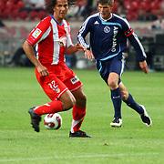 NLD/Amsterdam/20070802 - LG Amsterdams Tournament 2007, Ajax - Atletico Madrid, Klaas Jan Huntelaar in duel met Fabiano Eller