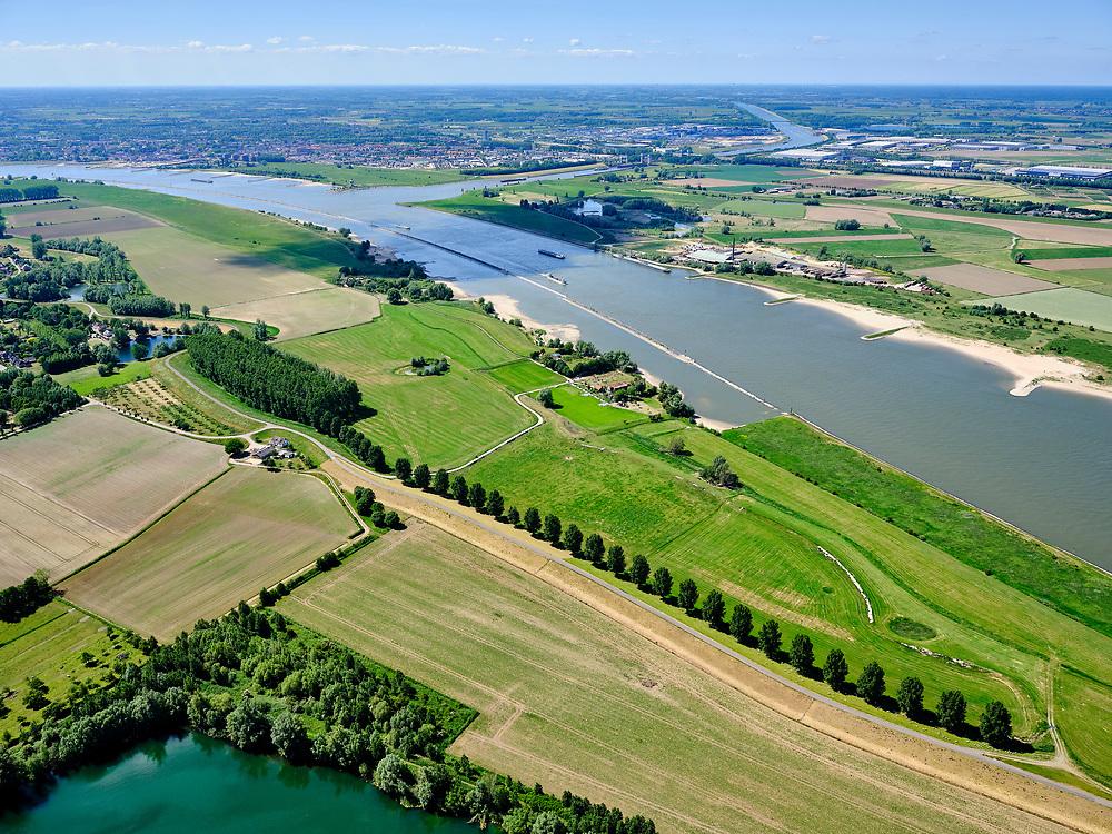 """Nederland, Gelderland, gemeente West Maas en Waal; 14–05-2020;  Waalbandijk ten oosten van Wamel, gezien naar Tiel. Rechts van de verbrede dijk zijn populieren geplant. Water onder 'De Wiel', rechts rivier De Waal, met langsdammen (vervangen de kribben).<br /> Waalbandijk east of Wamel. Poplars have been planted next to the widened dike. Water left """"De Wiel"""", right river Waal with right longitudinal dams (replace the groynes).<br /> <br /> luchtfoto (toeslag op standaard tarieven);<br /> aerial photo (additional fee required)<br /> copyright © 2020 foto/photo Siebe Swart"""