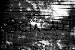 Una frase alquanto liberatoria fatta sulla saracinesca del vecchio cinema Massimo di Lizzano in provincia di Taranto. Sciacalli, forse riferita a coloro che hanno rovinato il cinema, o forse riferita a qualche politico, o forse messa li per puro caso. Fatto stà che ha attirato molto bene la mia attenzione!!!
