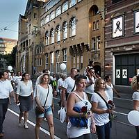 Nederland, Amsterdam , 23 juli 2014.<br /> Duizenden mensen lopen mee met een stille tocht door het centrum van Amsterdam. Volgens de organisatie zijn er zo'n vijfduizend deelnemers, meldt persbureau Novum. De wandeling begon om 20.00 uur op de Dam en eindigt daar ook weer. Deelnemers zullen daar witte ballonnen oplaten. Ook dragen zij witte kleding.<br /> Op de foto: De Stille tocht trekt over de Marnixstraat voorbij ter hoogte van het Bellevue theater die ook rouwtekens op affiches uit respect aan de gevel hebben opgehangen.<br /> Thousands of people in white clothes walk along with a silent march through the center of Amsterdam. The victims of flight MH17 are thus commemorated. National day of Mourning .