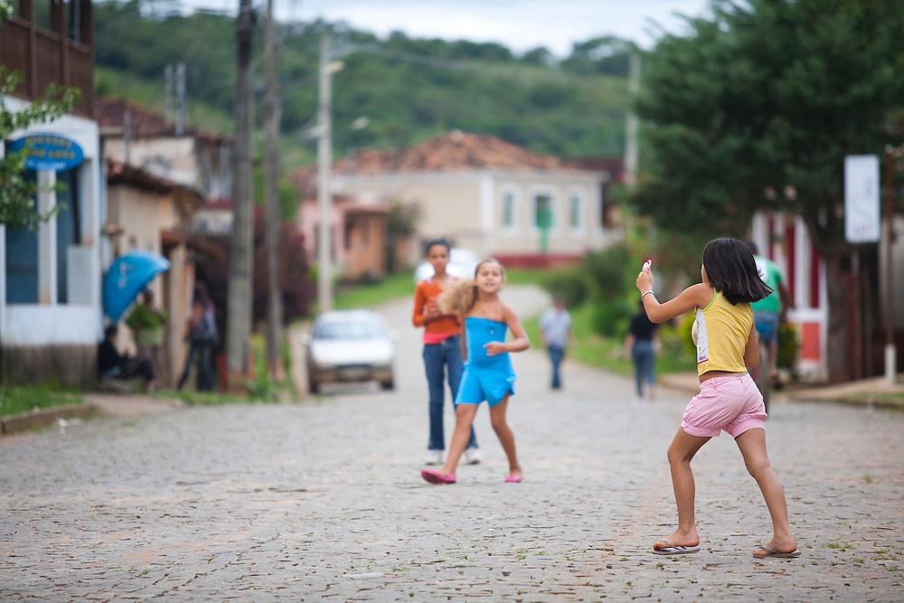 Prados_MG, Brasil...Criancas brincando no Historico Povoado de Vitoriano Veloso (Bichinho), Minas Gerais...Children playing at Vitoriano Veloso (Bichinho) Historic Village, Minas Gerais...Foto: JOAO MARCOS ROSA / NITRO