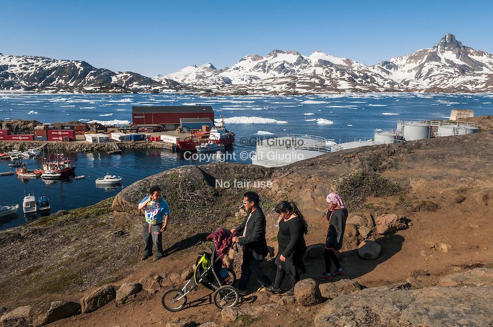 Groenland, Sermersooq, famille inuit sur les hauteurs du port de Tasilaq  // Greenland, Sermersooq, inuit family up side of Tasilaq town
