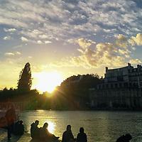 Encore une belle et douce soirée à Paris, du genre dont on aime profiter au bord du bassin de la Villette.<br /> <br /> Another beautiful and sweet evening in Paris, the kind people make the best of by bassin de la Villette.