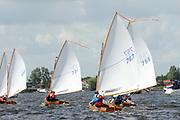 Koningin Beatrix bij vlootschouw jubileum KWVL, Loosdrecht. /// Queen Beatrix Jubilee naval review KWVL<br /> <br /> Op de foto / On the photo: Leden van de de Koninklijke Watersport-Vereeniging 'Loosdrecht' (KWVL) verzorgen met hun zeiljachten een vlootschouw