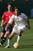 Fotball , 29 januar 2005, USA - Norge , Todd Dunivant (USA, vorn) am Ball, dahinter Stian Ohr (Norwegen) -