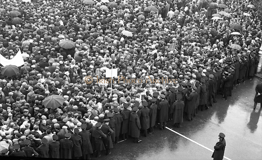 National Farmer's Association Deputation Sit-In at the Department of Agriculture. View of crowds surrounding the N.F.A. Deputation and watching developments.<br /> 19.10.1966