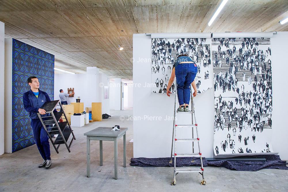 Nederland, Amsterdam, 15 mei 2017.<br />Amsterdam Art Fair is dé reizende kwaliteitsbeurs van hedendaagse kunst in Nederland voor liefhebber en verzamelaar. Na het succes van de eerste editie in de voormalige Citroëngarage (2015) en de tweede editie op het Museumplein (2016), opent Amsterdam Art Fair dit keer haar deuren in de Huidekoperstraat, om de hoek van De Nederlandsche Bank.<br /><br />Vanaf 17 mei nemen 50 van de beste galeries van Nederland hun intrek in deze tijdelijke locatie, voor de gelegenheid omgedoopt tot Kunsthal Koper, om 5 dagen lang de nieuwste werken te tonen van de meest spraakmakende kunstenaars van dit moment.<br />Op de foto: de stand van Reuten Galerie wordt ingericht.<br /><br /><br /><br />Foto: Jean-Pierre Jans