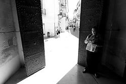 Lecce - Una zingara chiede l'elemosina a chi entra ed esce dalla Chiesa di Sant'Irene.