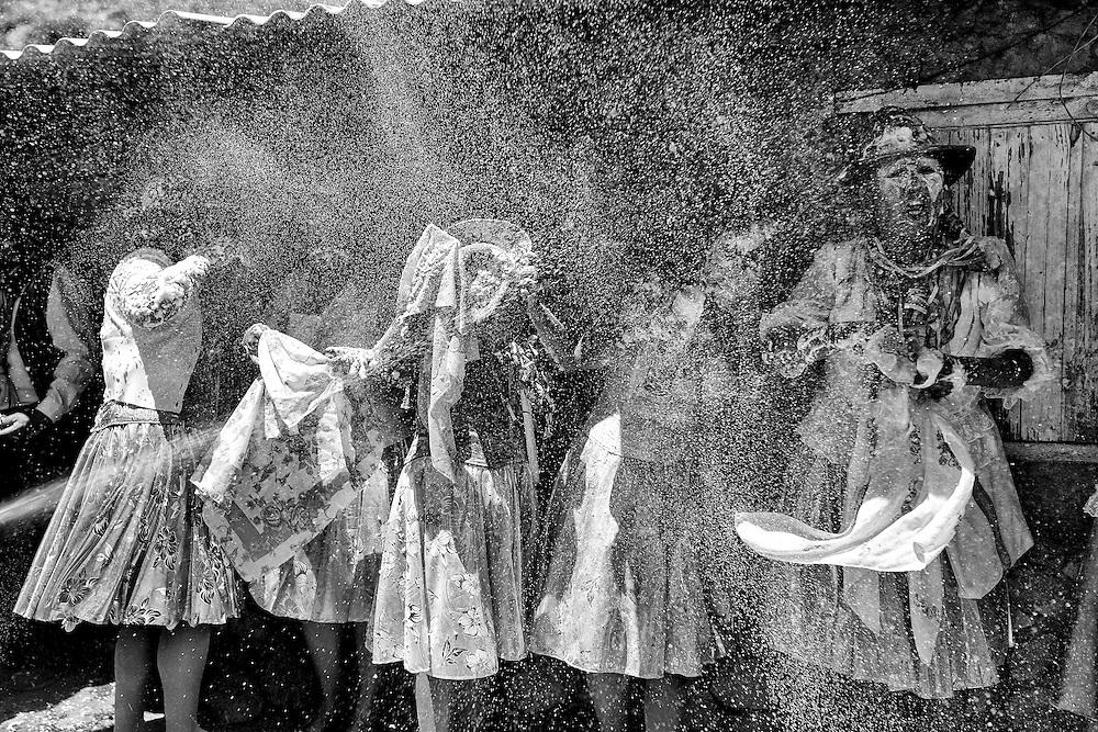 """El acto de """"enharinarse"""" la cara tiene relación con ocultarse del tata Dios para que no vean que han pecado, en el marco de la celebración del carnaval ya que esta fiesta para la comunidad además de agradecer a la Madre tierra es sinónimo de jolgorio júbilo y excesos."""