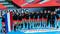 Netherlands listen to national anthem during the Women's EHF Euro 2020 match between Netherlands and Serbia at Sydbank Arena on december 05, 2020 in Kolding, Denmark (Photo by RHF Agency/Ronald Hoogendoorn)